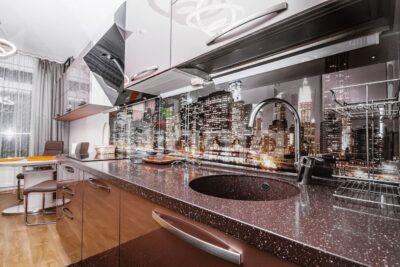Стеновые панели из стекла на кухню: достоинства и недостатки
